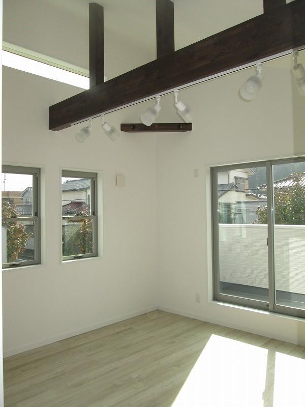 寝室(開放的な勾配天井)